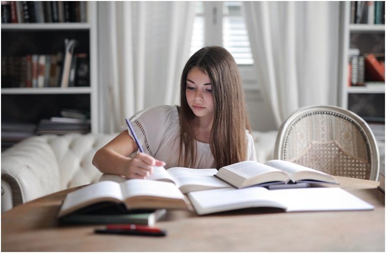 fata care studiaza