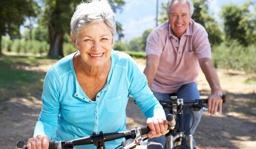 oameni pe bicicleta